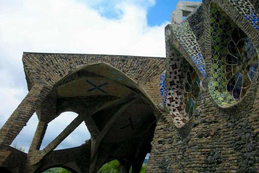 Must-See-Gaudí-Buildings-in-Barcelona_Gaudí-crypt