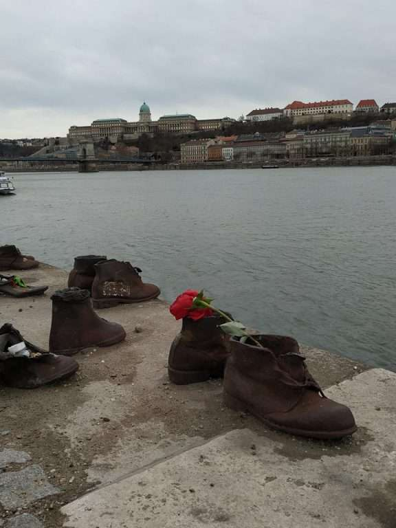 roteiro de viagem - shoes on the Danube bank
