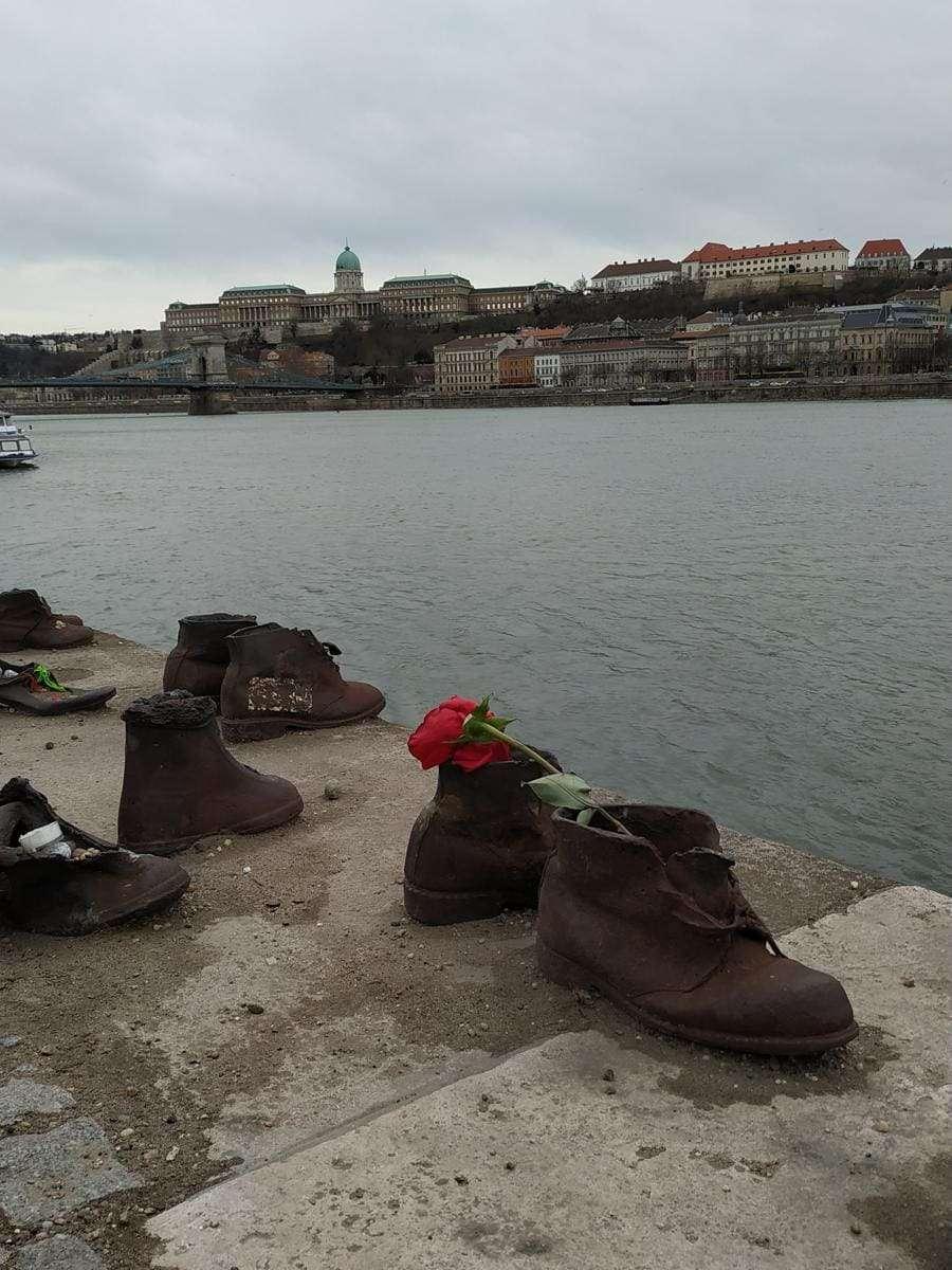roteiro de viagem - shoes on the Danube bank