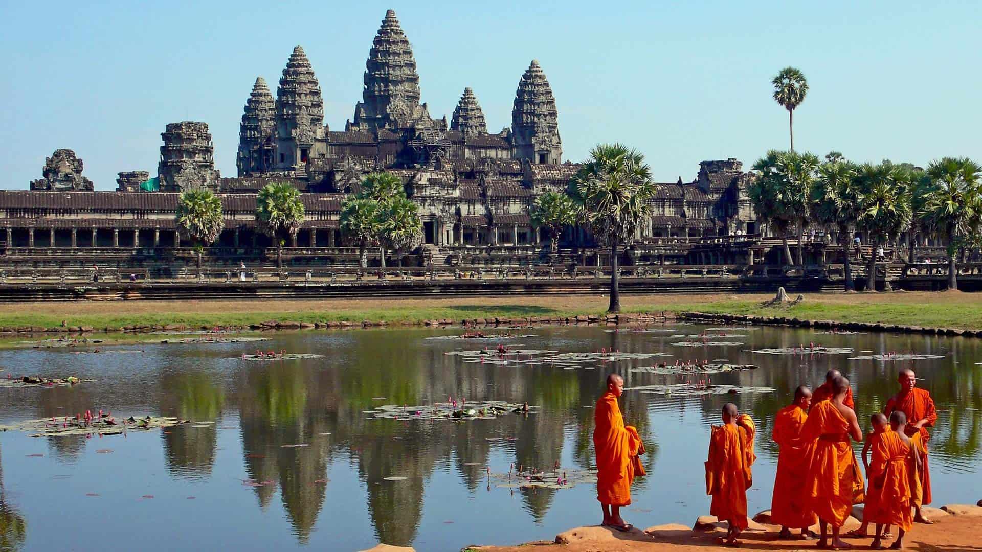 Cambodja-angkor-wat-monks-wise-travellers